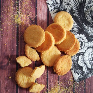 Biscotti al formaggio, tondi e dorati