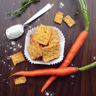 Cracker alla carota, croccanti e delicati