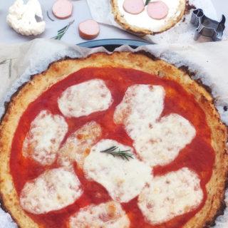 pizza di cavolfiore con pomodoro e mozzarella