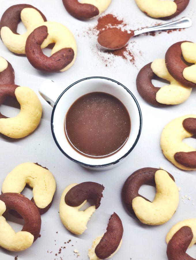 biscotti abbraccio con tazza di caffè